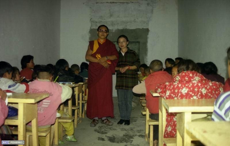 图9:丹增德勒仁波切与唯色在教室里合影。