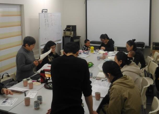 在亚洲图书馆,跟小孩子一起学习日语的中国人