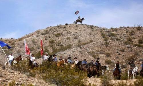 小山顶上挥动着星条旗的民兵指挥官