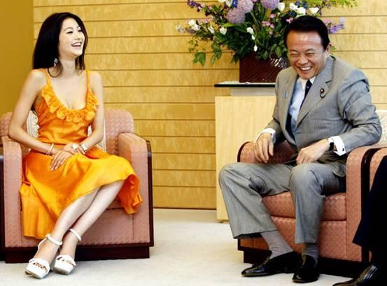 日本官员见美女