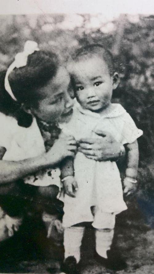 母亲邱淑珮和两岁的蔡楚