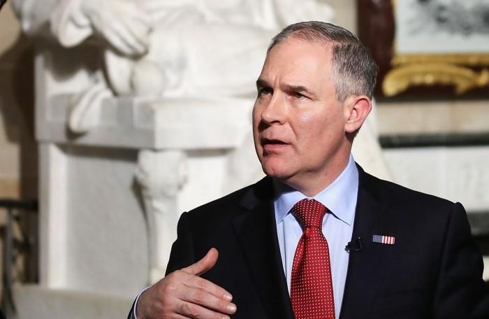 """被戏称为""""看守鸡棚的狐狸""""的新任美国环保署署长斯考特·普鲁伊特"""