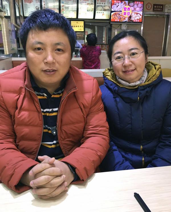 谢阳的代理律师陈建刚(左)与谢阳妻子陈桂秋