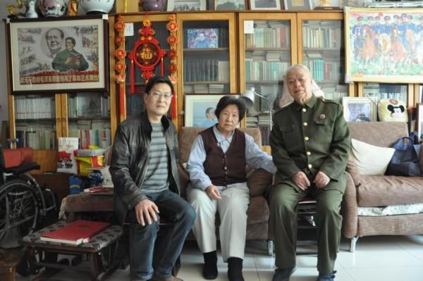 陈洪涛到李讷王景清家中约稿并与老人合影留念