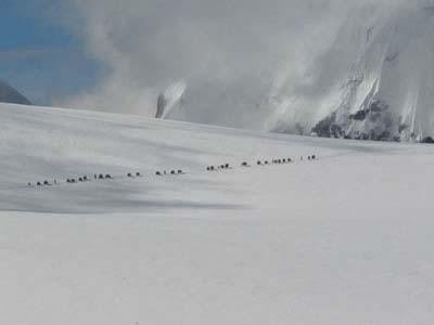 1、登山者拍摄的逃亡藏人正在翻越囊帕拉雪山