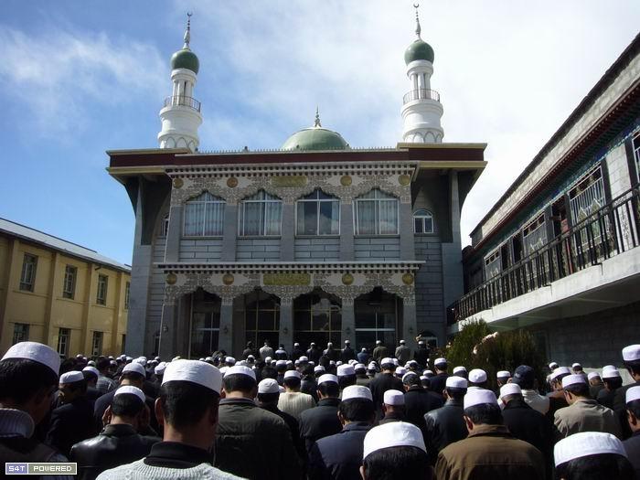 1位于拉萨帕廓一带的清真大寺的礼拜场景