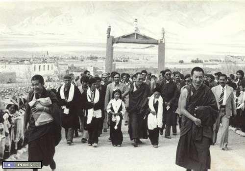 1960年代,为了延续和传承西藏的文化和传统,流亡到印度的达赖喇嘛和流亡藏人们建立了一所所学校1