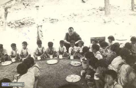 1960年代,为了延续和传承西藏的文化和传统,流亡到印度的达赖喇嘛和流亡藏人们建立了一所所学校2