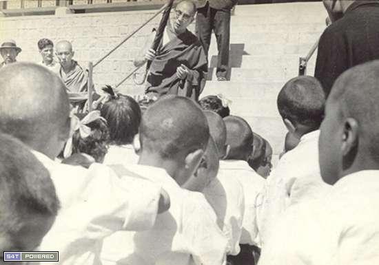 1960年代,为了延续和传承西藏的文化和传统,流亡到印度的达赖喇嘛和流亡藏人们建立了一所所学校3