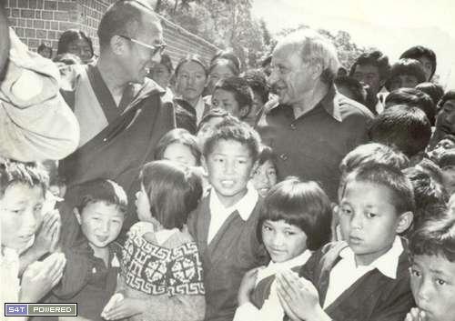 1960年代,为了延续和传承西藏的文化和传统,流亡到印度的达赖喇嘛和流亡藏人们建立了一所所学校4