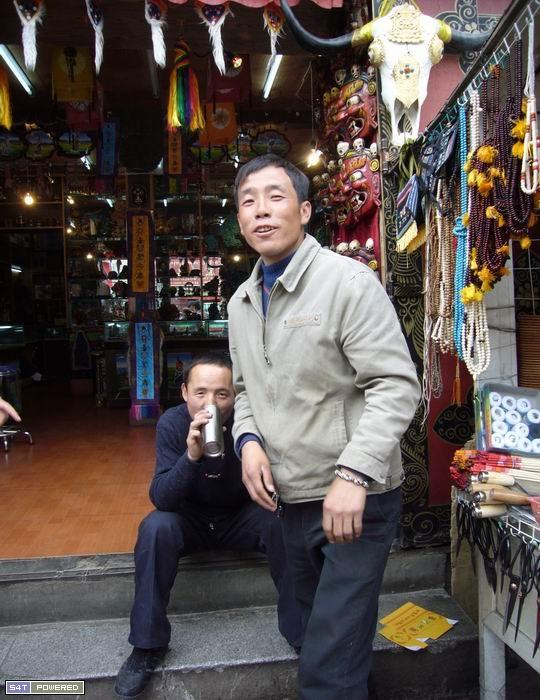 """2:这两位在帕廓开店销售西藏工艺品的回族人自称是""""藏族"""""""
