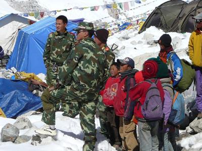 3、中国武警将逃亡藏人抓到登山大本营(登山者pavle+kozjek提供)