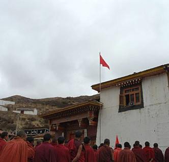 4月14日,查理寺的僧人在参加升国旗仪式。
