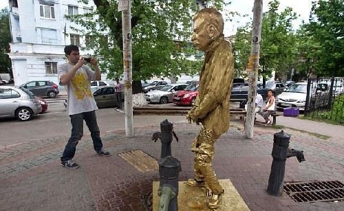 乌克兰斯大林撒尿雕像