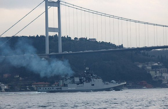 俄罗斯海军护卫舰经过伊斯坦布尔