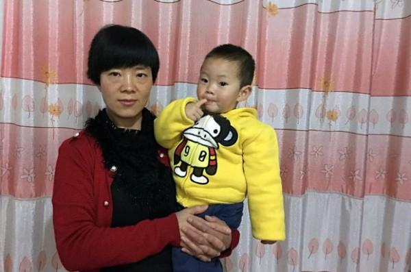张海涛涛的妻子李爱杰抱着小曼德拉