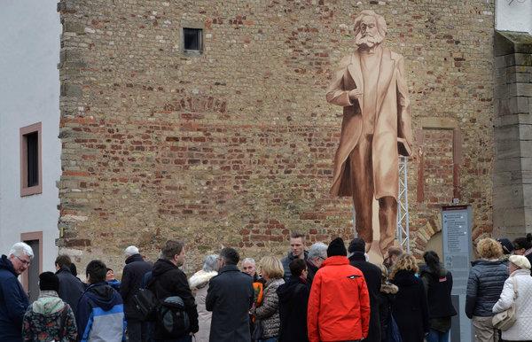 特里尔马克思木雕像