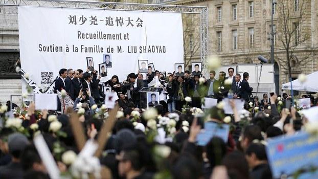 约6000名巴黎华人华侨齐集市中心共和国广场,悼念被法国警察枪杀的中国公民刘少尧