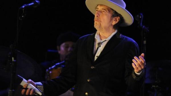美国音乐家鲍勃·迪伦在一个音乐节上演出
