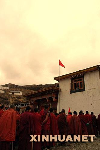 4月14日,查理寺的僧人在参加升国旗仪式2