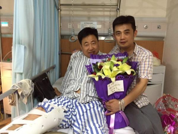公民小彪探到医院探望谢阳律师