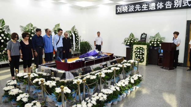 刘晓波的遗体旁放着鲜花。
