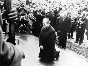 前德国总理勃兰特在波兰奥斯威辛集中营下跪