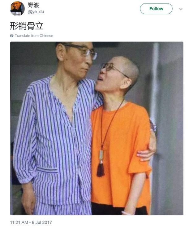 在推特上转发了一张刘晓波和妻子刘霞相拥而立的照片
