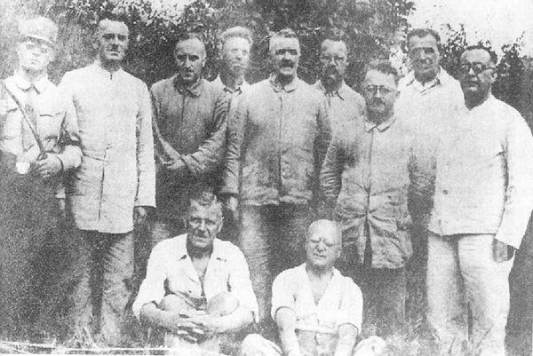 奥斯茨基在集中营(站立者左三)