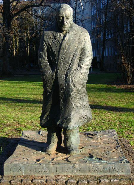 奥斯茨基雕像