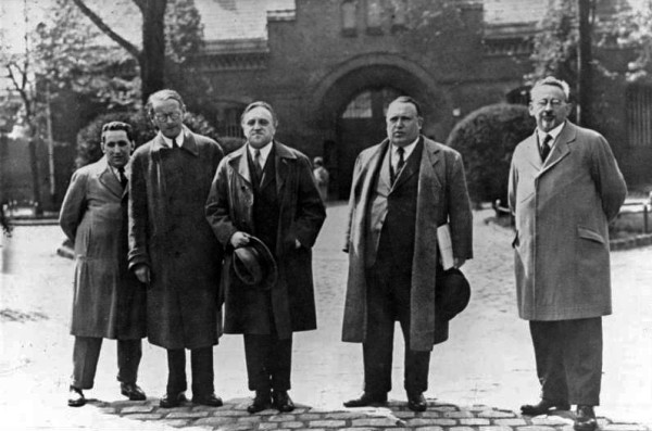 """Foto Röhnert Ossietzky, Carl von Am 10.Mai 1932 trat der Schriftsteller und Redakteur der """"Weltbühne"""", Carl von Ossietzky, seine Gefängnisstrafe, zu der er im November 1931 verurteilt worden war, in Tegel an. ADN-ZB Carl von Ossietzky, Publizist, Vor der Strafanstalt in Berlin -Tegel. V.l.n.r.: Kurt Großmann, Dr. Rudolf Olden, beide Deutsche Liga für Menschenrechte; Carl von Ossietzky, Dr. Apfel, Rechtsanwalt; Dr. Rosenfeld"""