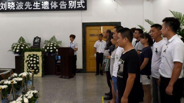 官方发布的图片中,一些出席刘晓波告别式的人的样子被模糊化。