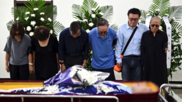 官方发布的图片中,刘晓波遗体的脸也被模糊化。