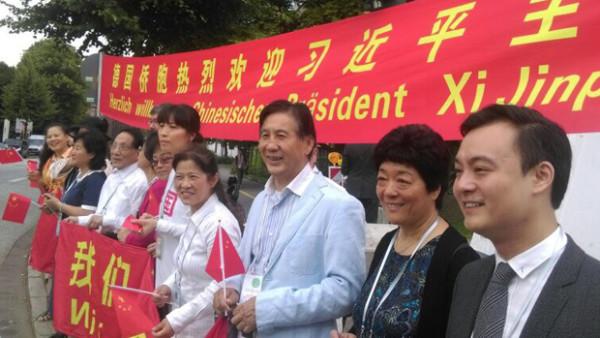 德国华人社团组织到G20会场附近迎接习近平