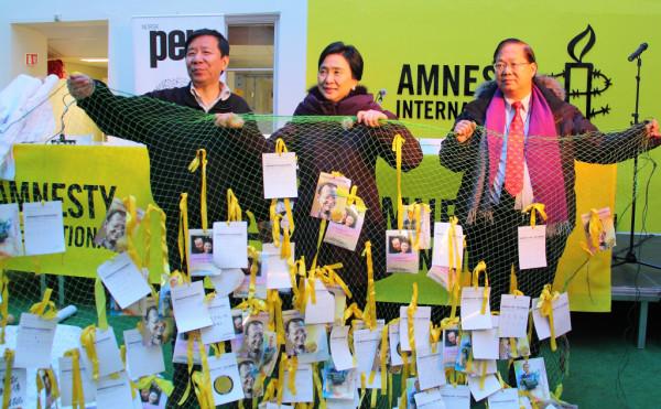 挪威国际特赦组织当年主办的记者会上出示从香港带去的港人祝福刘晓波的明信片