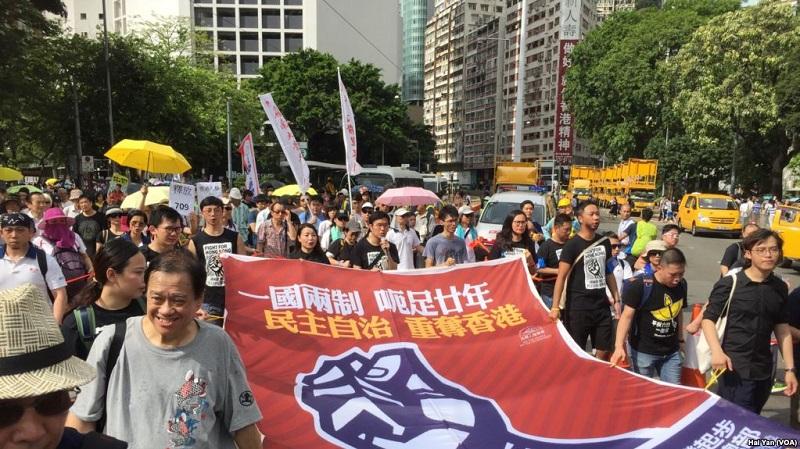 数以万计港人七一大游行捍卫一国两制