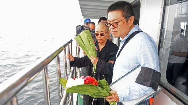 沈阳市人民政府新闻办公室提供的照片中,刘霞和家人参与海葬仪式