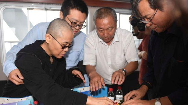 沈阳市人民政府新闻办公室提供的照片中,刘霞和家人参与海葬仪式2