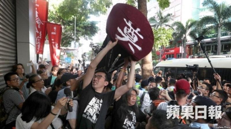 社民连等团体准备抬棺前往金紫荆广场抗议