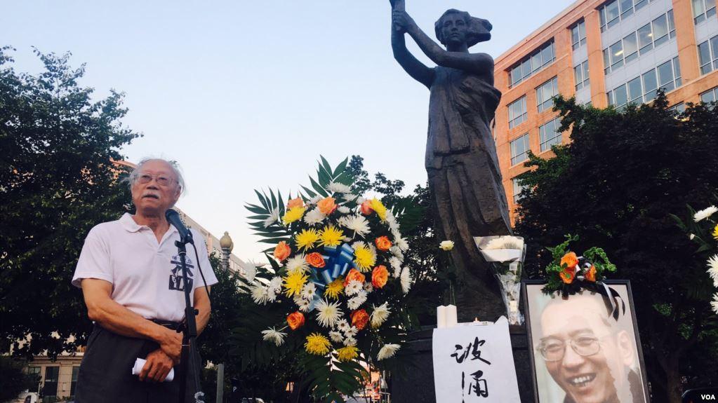 美国首都华盛顿100多名华人聚集在共产主义受难者纪念碑下悼念刘晓波,图为流亡作家郑义发言