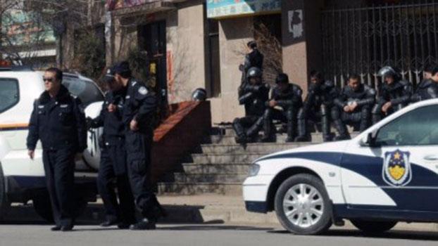 2008年3月17日青海省铜仁镇,一辆警车在容武(rongwu)寺(藏族朝圣者祈祷之地)附近巡逻