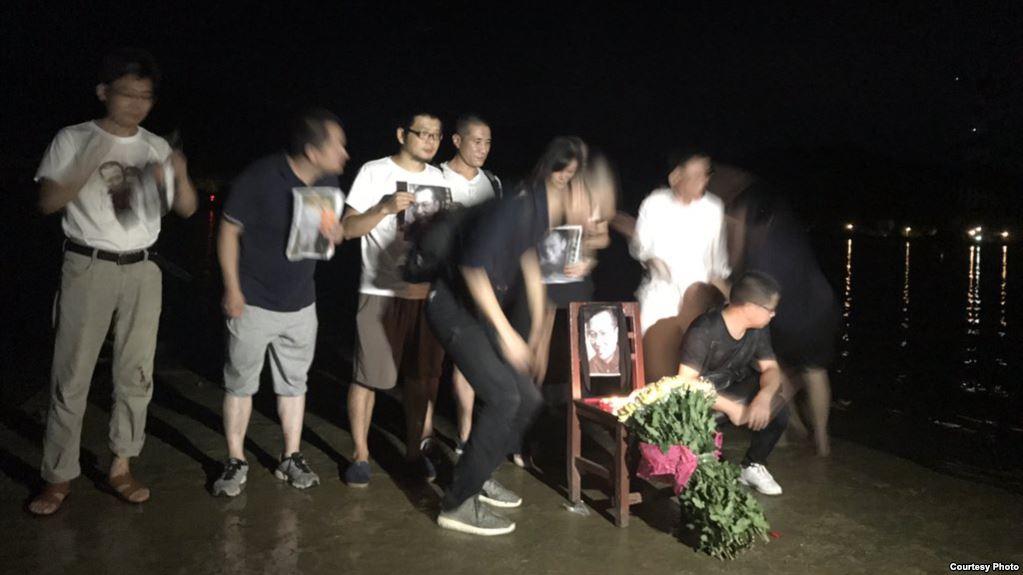 """刘晓波""""头七""""公祭:广州公民在海边举行悼念活动"""