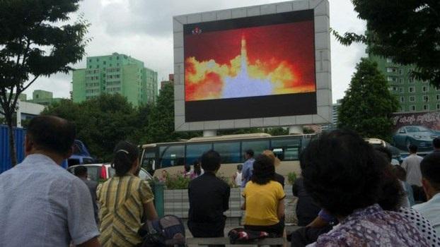 朝鲜首都平壤用大萤幕向民众展示导弹试射