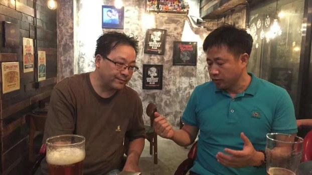 谢阳(右)日前在国保监视下与友人小聚