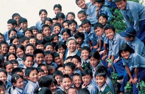 阿妈吉尊白玛与西藏儿童村的孩子们在一起