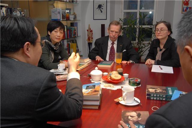哈维尔(右二)和中国与会者会晤。左起莫少平律师、崔卫平教授