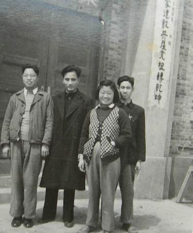 复旦大学陈其人教授(左二)早年照片