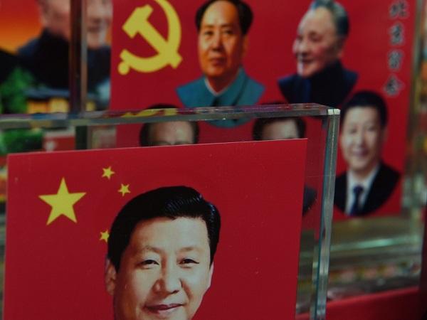 北京一处售卖纪念品摊位上,成列的中国领导人的装饰品