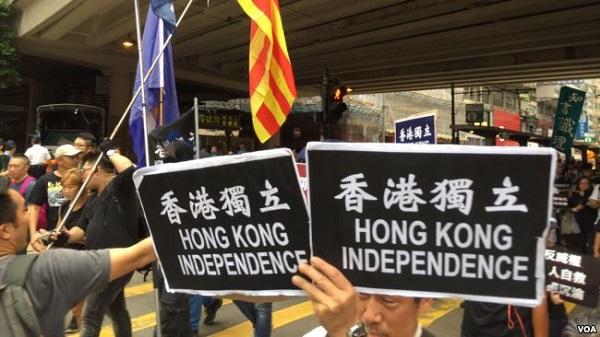 """数以万计港人在""""十一""""中国国庆节当天走上街头抗议威权。部分示威者打出""""香港独立""""的标语。(美国之音记者海彦拍摄)"""