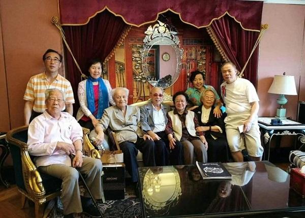 毛泽东前秘书李锐(前排左二)《炎黄春秋》社长杜导正(前排左三)、与何方(前排左一)三家人聚会。